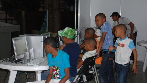 В одном из центров коллективного доступа к интернет в Гаване. Архив