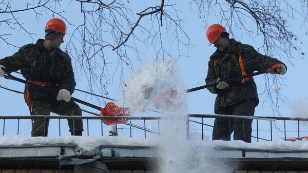 Очистка крыш от снега и льда в Москве. Архив