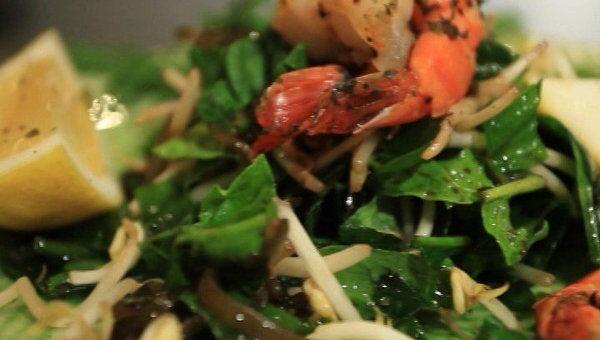 Сытые и стройные.Салат из водорослей и шпината с креветками. Видеорецепт