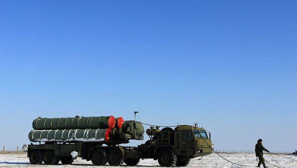 Пусковая установка зенитных ракет комплекса С-400 на территории государственного полигона Капустин Яр.