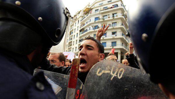 Полиция разгоняет митингующих в Алжире