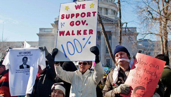 Акция протеста против сокращения бюджета в штате Висконсин в США