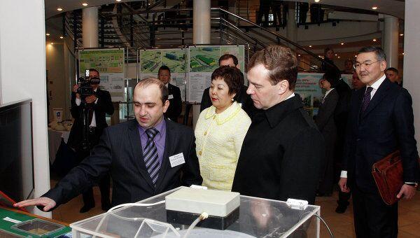 Президент России Дмитрий Медведев (справа на первом плане) осматривает стенды инвестиционных проектов в холле Дворца шахмат. Справа на втором плане - глава республики Калмыкия Алексей Орлов