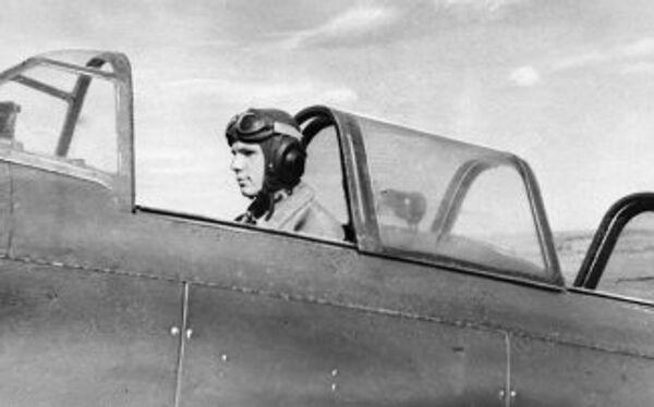 Гагарин в кабине спортивного самолета