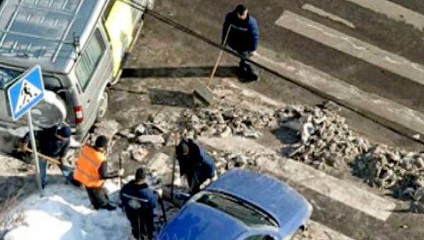 Коммунальщики убирают кучи грязного снега с московских обочин