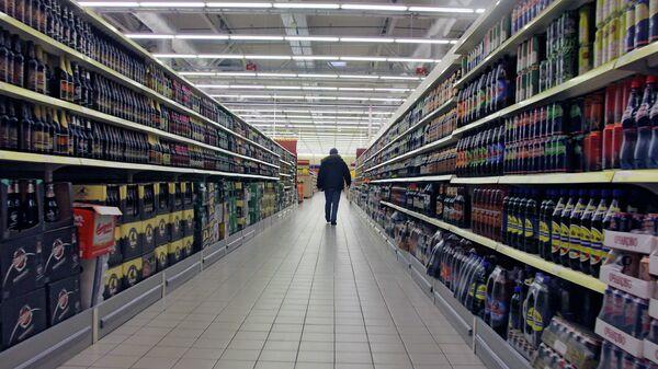 Покупатель в отделе алкогольной продукции . Архив