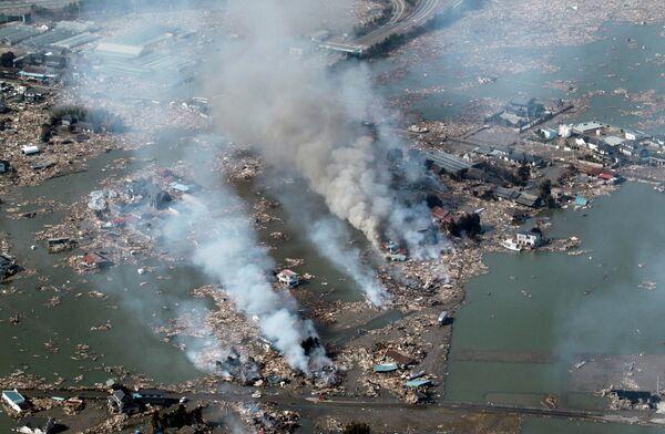 Многочисленные пожары, возникшие в результате землетрясения и цунами в Сендай, северо-востоке Японии, 12 марта 2011