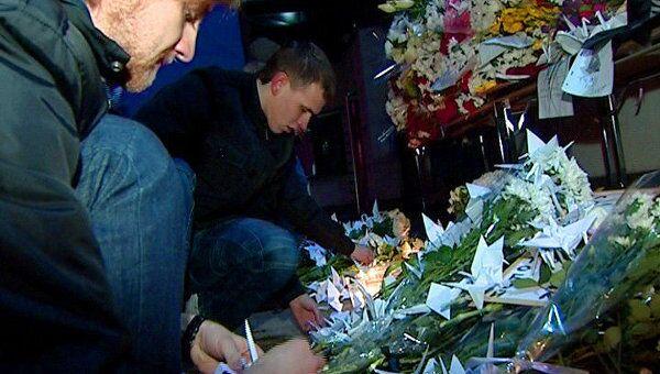 Блогеры принесли цветы и бумажных журавликов к японскому посольству