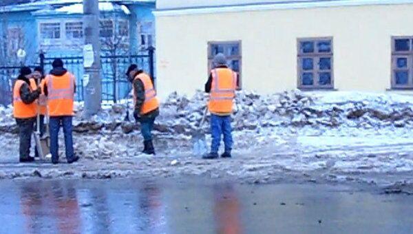 Дворники Вологды массово работают на расчистке городских дорог