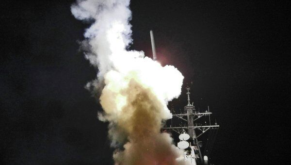 Запуск ракеты Tomahawk с ракетного эсминца у средиземноморского побережья Ливии