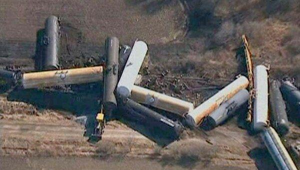 Вагоны сошедшего с рельсов товарного поезда разбросало как спички