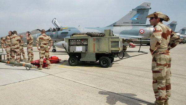 Экипаж ВВС Франции на греческой авиабазе на острове Крит