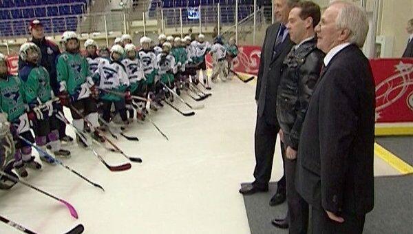 Медведев рассказал, как играл в хоккей в валенках
