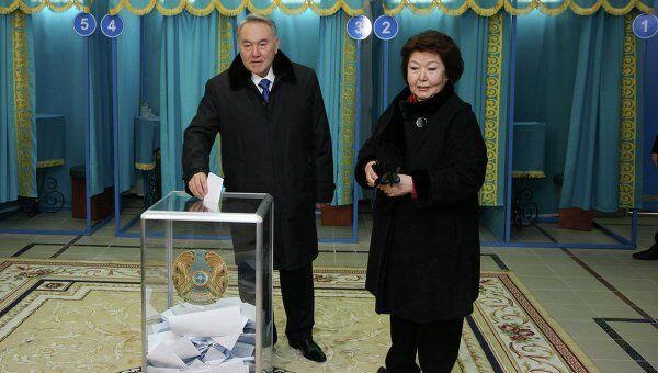 Нурсултан Назарбаев голосует на выборах президента Казахстана
