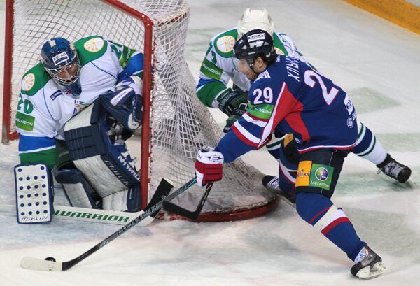 Игровой момент матча Металлург - Салават Юлаев