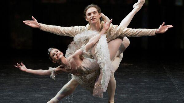 Солисты Лондонского Королевского балета Алина Кожокару и Сергей Полунин исполняют па-де -де из балета Петра Чайковского Спящая красавица
