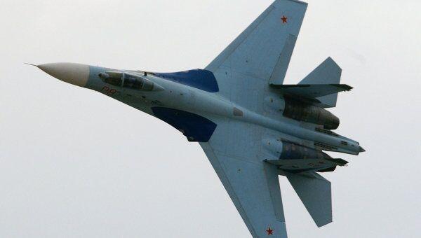 Истребитель СУ-27 в полете. Архив