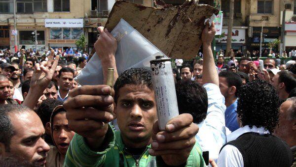 Протестующие в Каире показывают пули, которыми стреляли по демонстрантам
