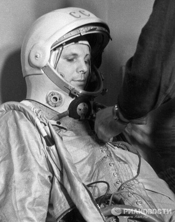 Космонавт Юрий Гагарин перед космическим стартом