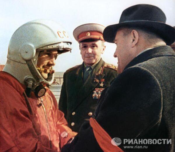 Академик С.Королев и Ю.Гагарин перед стартом