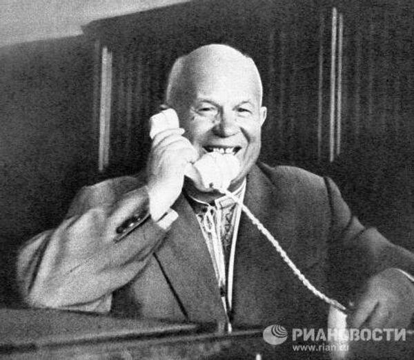 Хрущев говорит по телефону с Гагариным