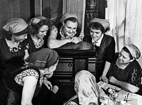 Работницы швейной фабрики во время сообщения по радио о полёте в космос Юрия Гагарина