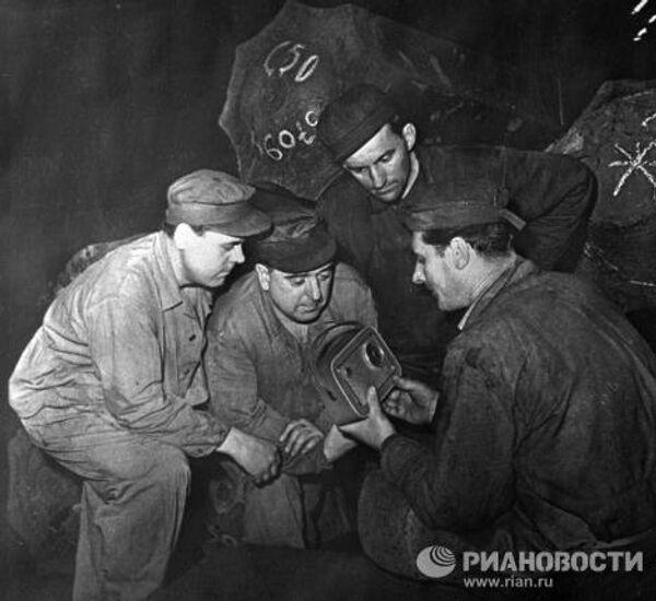 Рабочие завода ЧКД слушают по радио сообщение о полете Гагарина