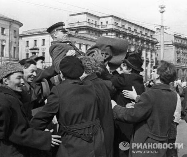 Москвичи на демонстрации в честь полета Юрия Гагарина в космос