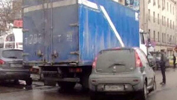 В Москве у Комсомольской площади столкнулись грузовик и Peugeot 107