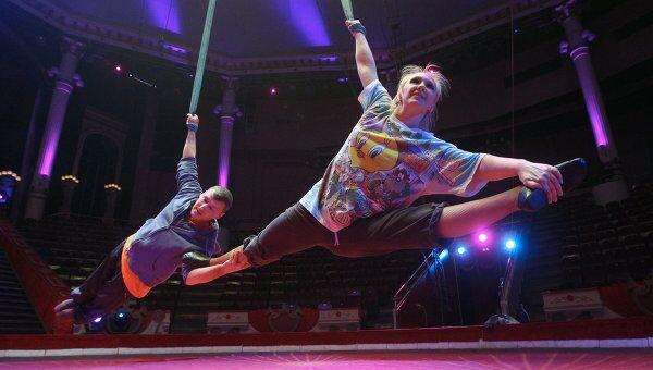Воздушные гимнасты на полотнах Юлия и Александр Волковы в Цирке на Цветном бульваре
