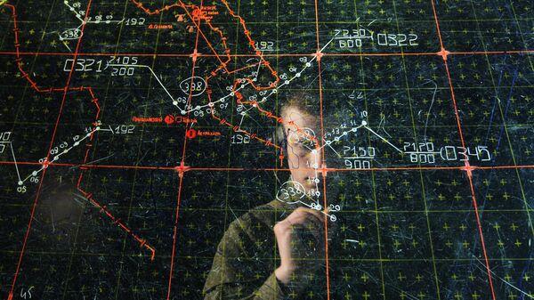 Оператор у планшета на учебном командном пункте. Архивное фото