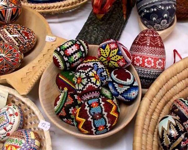 Песком, бисером и камнями украшают пасхальные яйца художники в Берлине