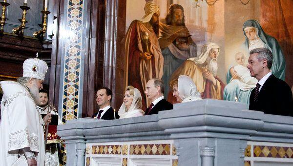 Дмитрий Медведев и Владимир Путин в храме Христа Спасителя в Москве