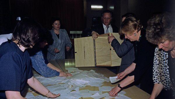 На избирательном участке идет подсчет голосов