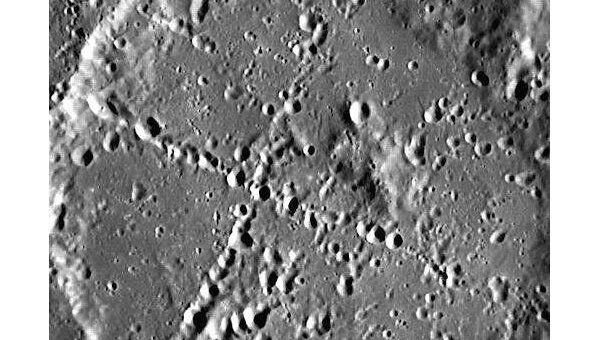 Перекрещивающиеся линии в одном из кратеров Меркурия