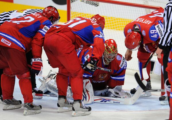 Евгений Набоков (второй справа)