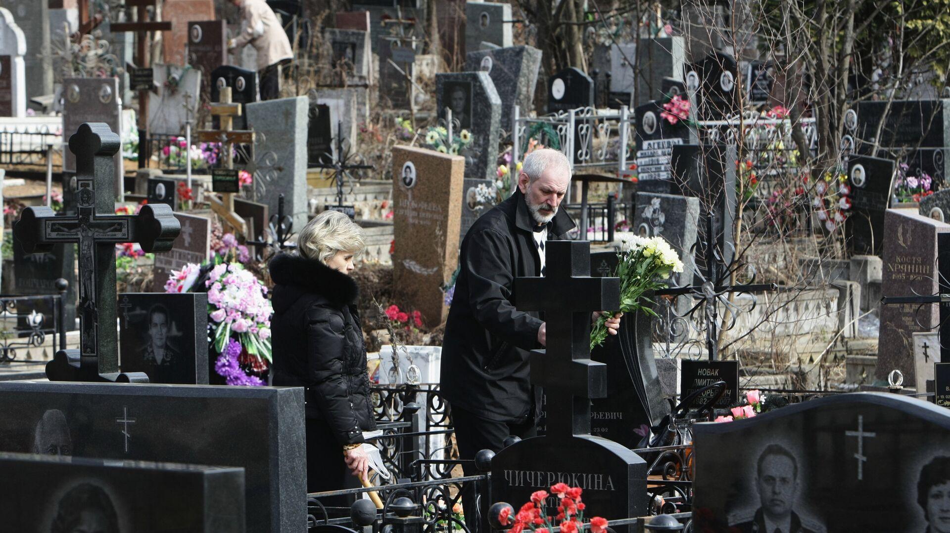 Москвичи на Митинском кладбище в Пасху - РИА Новости, 1920, 18.06.2021