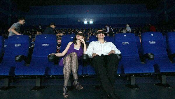 Зрители в кинозале. Архив