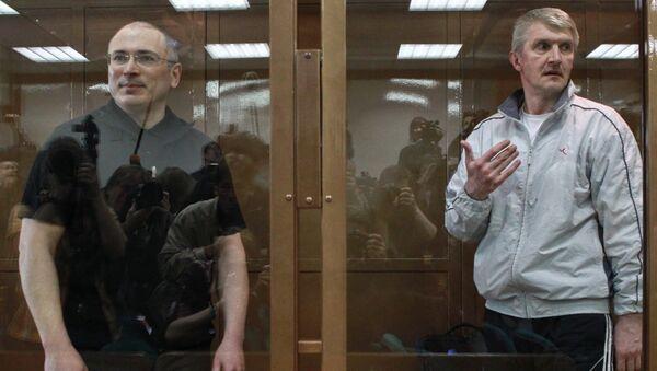 Экс-главы ЮКОСа Михаил Ходорковский и руководитель МФО Менатеп Платон Лебедев (слева направо)