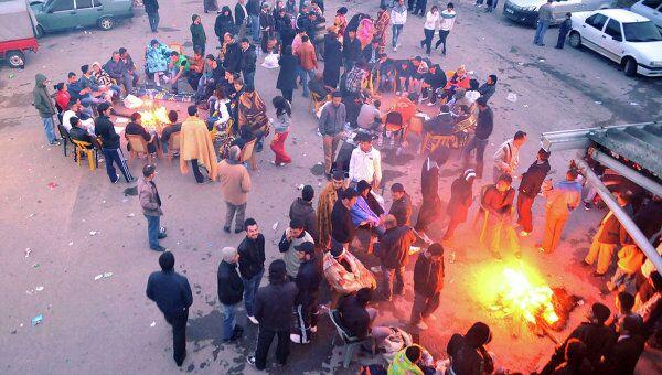 Жители пострадавших от землетрясения районов на северо-западе Турции проводят ночь на улице