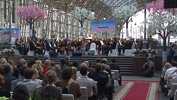 Оркестр Спивакова встречал поезда музыкой на перроне вокзала в Москве