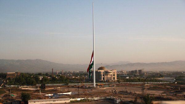 Государственный флаг Таджикистана был во вторник поднят на самом высоком в мире флагштоке, 165-метровая мачта с флагом страны установлена на территории  Дворца нации – резиденции президента Эмомали Рахмона