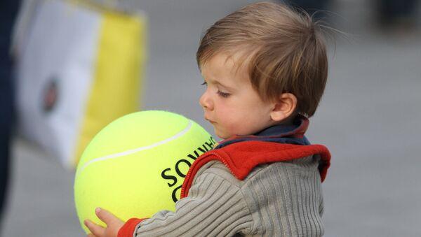 Ребенок с сувенирным мячом
