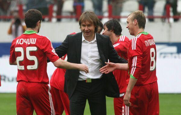 Владимир Маминов (в центре)