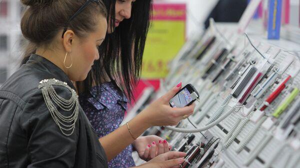 Девушки выбирают мобильный телефон
