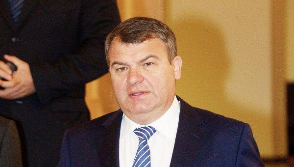 Министр обороны РФ Анатолий Сердюков входит в зал заседаний Государственой Думы РФ