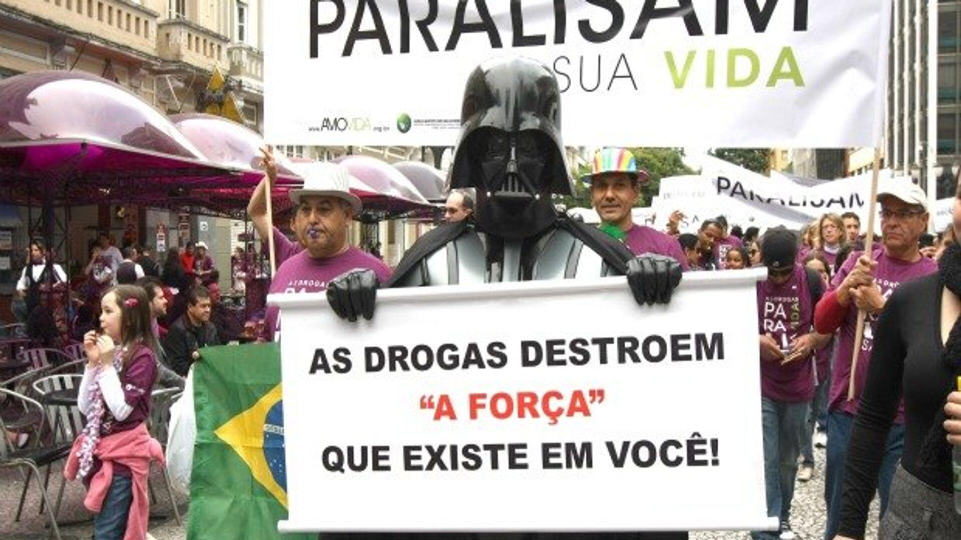 Участник манифестации против наркотиков в бразильском городе Куритиба - РИА Новости, 1920, 26.06.2021