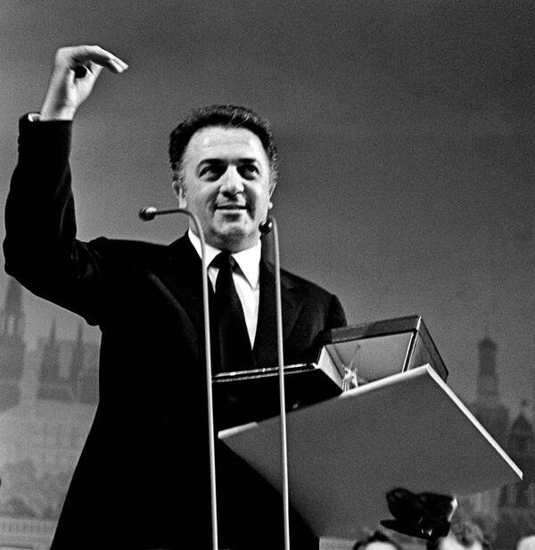 Фредерико Феллини получает Большой приз ММКФ за фильм 8 1/2. 1963 год