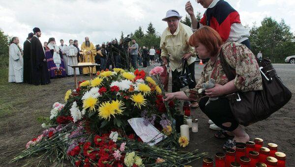 Жители Петрозаводска возлагают цветы на месте крушения пассажирского самолета ТУ-134 в Карелии