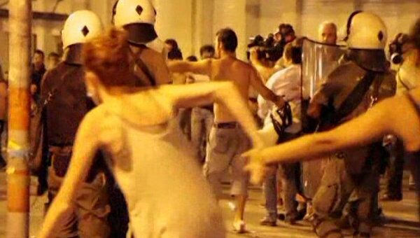 Греческие демонстранты пытались взять штурмом парламент страны